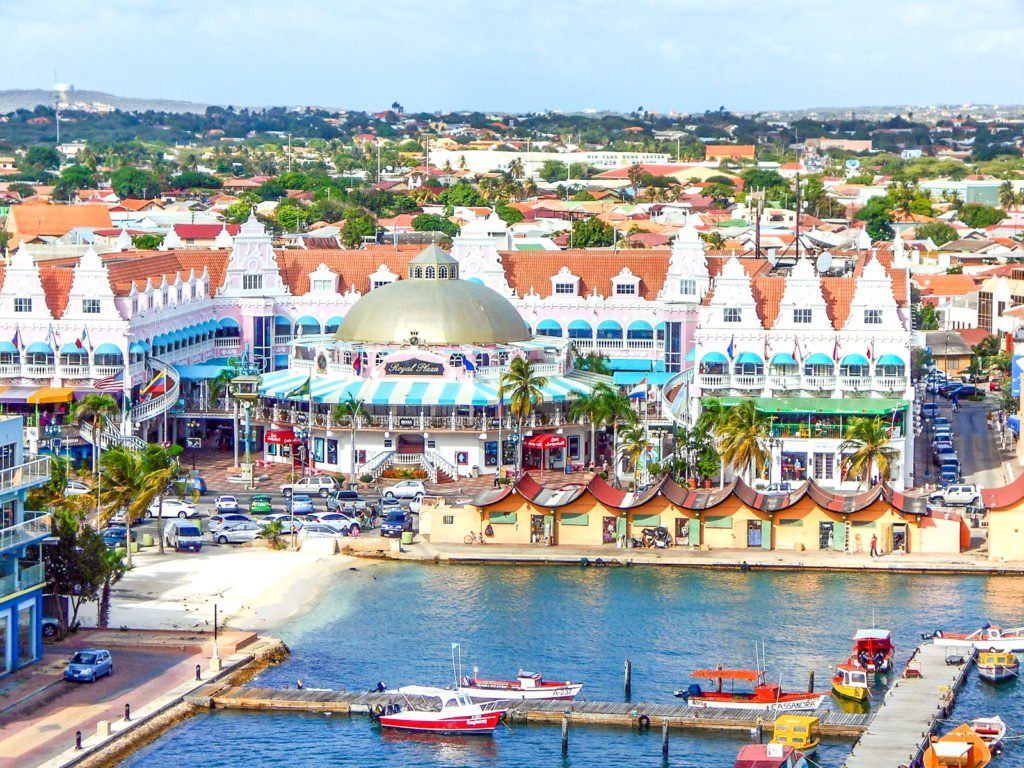 Choosing between Aruba and Curaçao is really difficult, especially because both destinations are worth a visit. Here's my take on Aruba vs Curaçao. #aruba #curacao #caribbeantravel