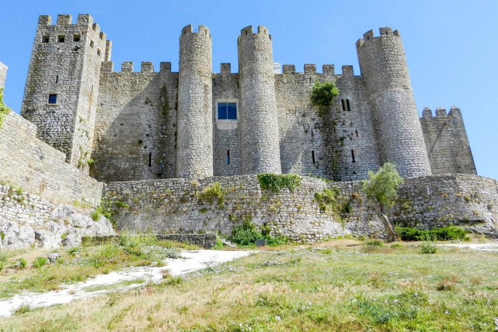A view of the side façade of Óbidos castle.