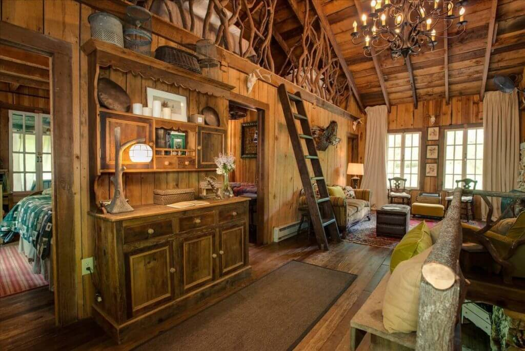 Photo of the inside of Wiley Mountain Lodge Treehouse in Georgia