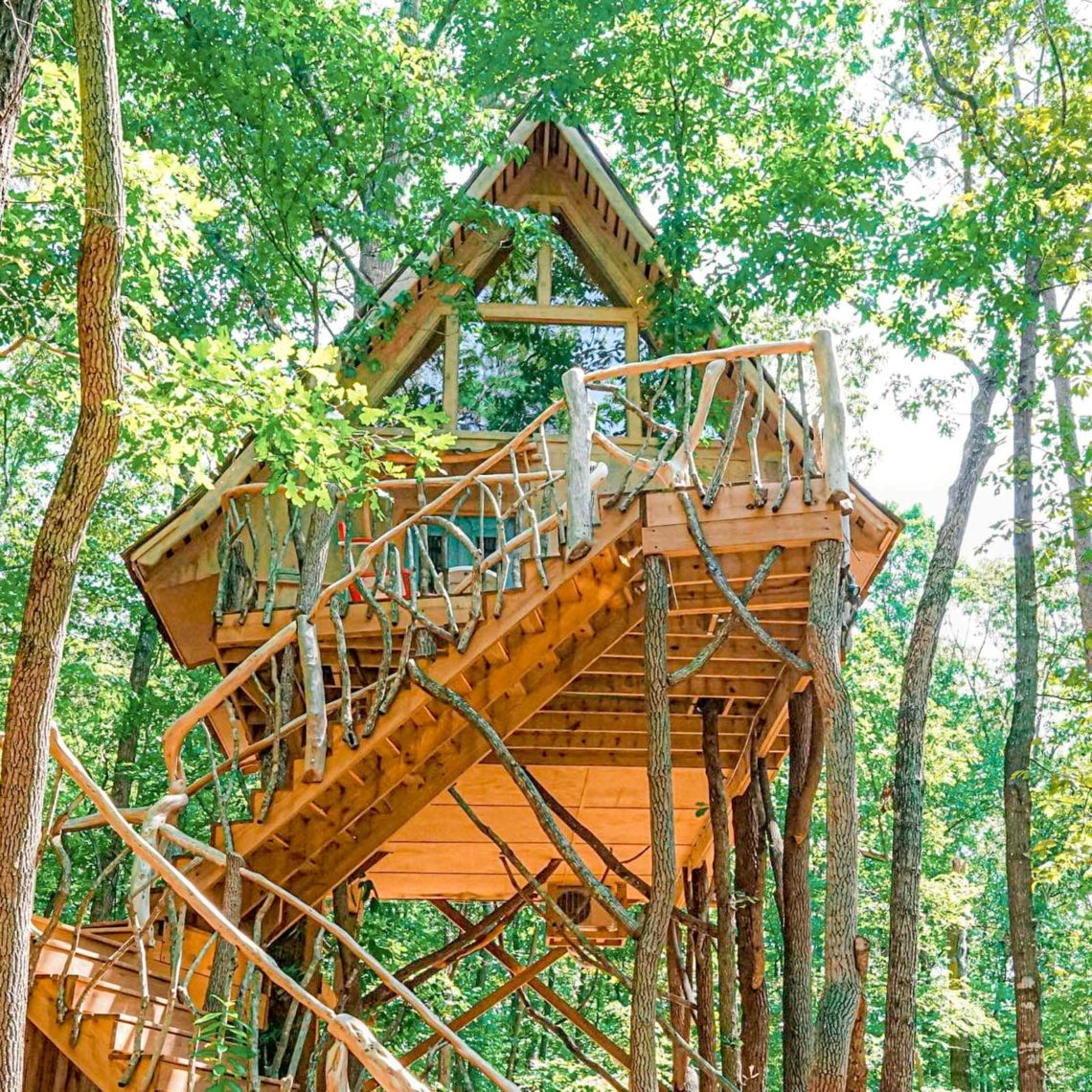 Learn about the best Georgia treehouse rentals, with locations in north Georgia, Atlanta, metro Atlanta, and Savannah! You can book a stay at any of these treehouses on Airbnb. | treehouse rentals in georgia mountains | treehouse rentals atlanta | georgia treehouse airbnb | treehouse rentals in suches | treehouse rentals in savannah | atlanta treehouse airbnb | tree houses for rent in georgia | treehouse rentals north georgia | atlanta treehouse | georgia getaways