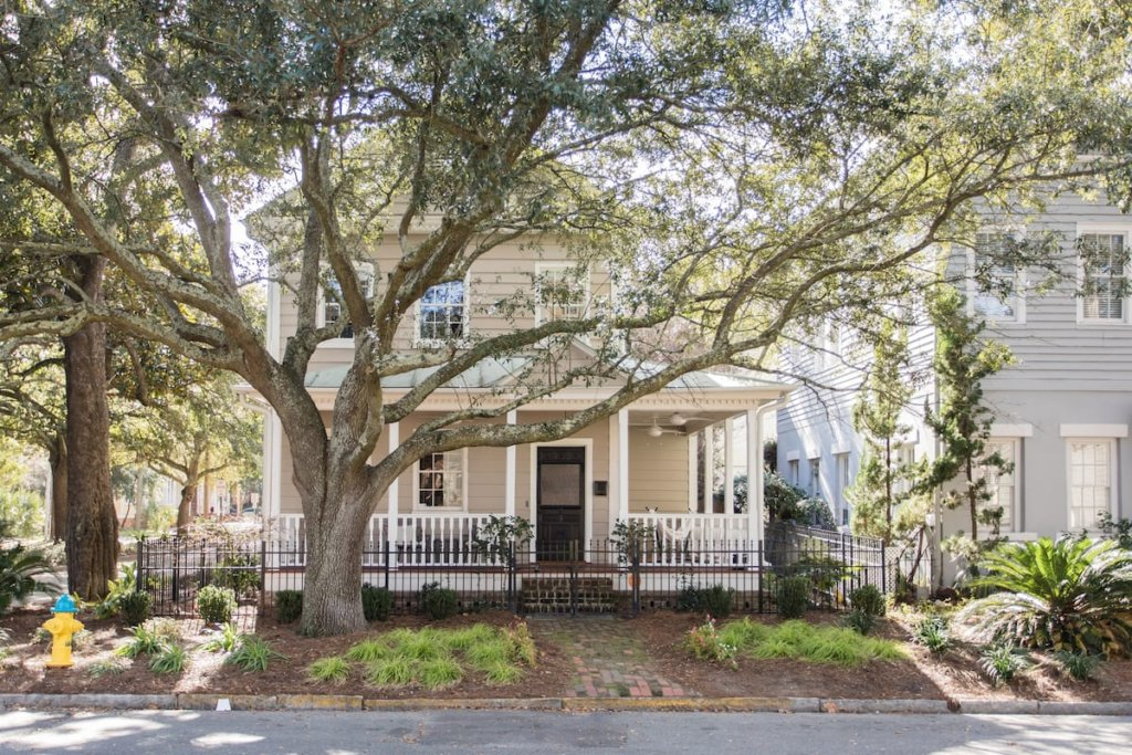 Photo of the façade of the Hip Victorian 2 blocks Forsyth Park 4 beds listing on Airbnb